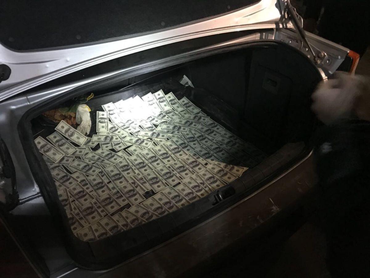 Адвокат требовал 15 тысяч долларов взятки / фото vin.gp.gov.ua