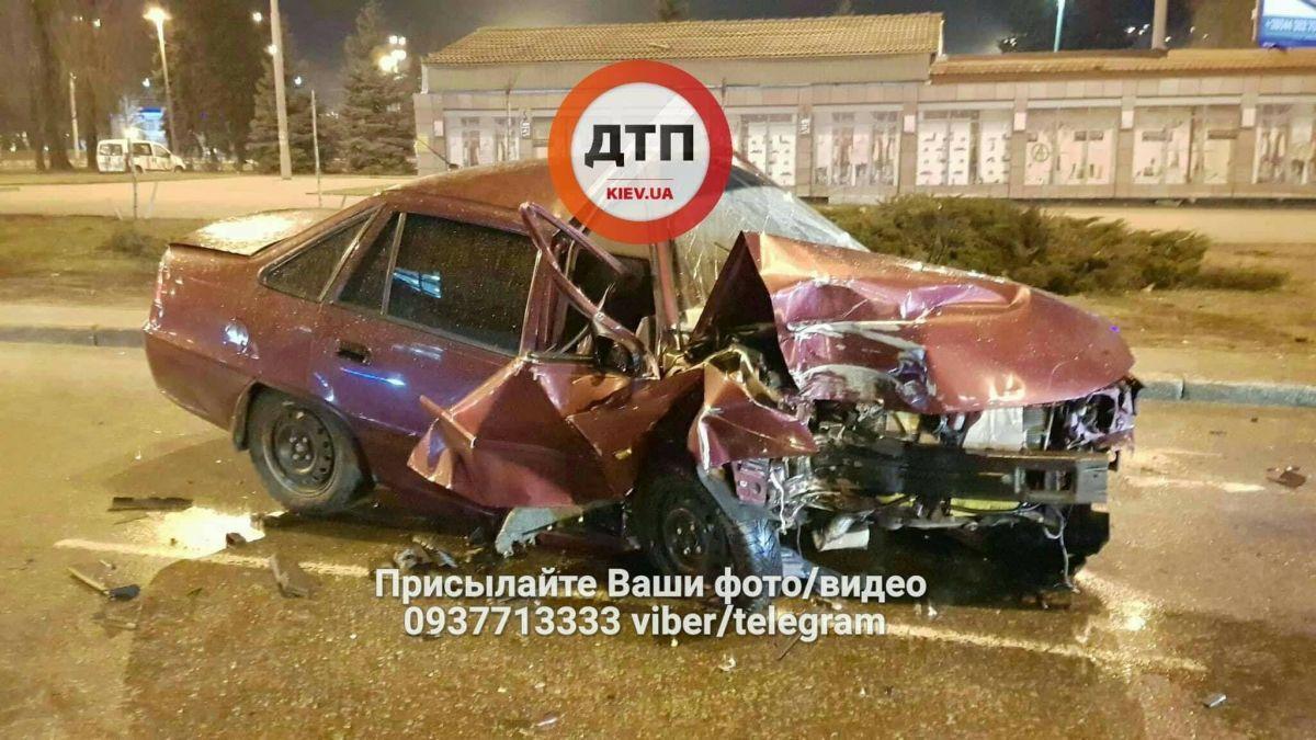 Автомобиль врезался в столб / фото facebook.com/dtp.kiev.ua