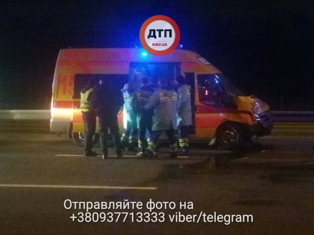 Удар пришелся на левый борт / фото facebook.com/dtp.kiev.ua