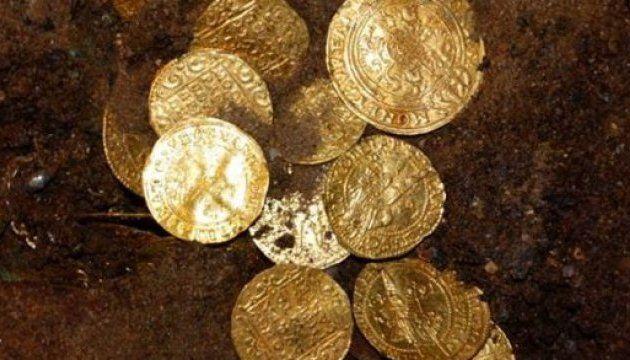 В костелі на півночі Польщі виявлений скарб золотих монет і коштовних предметів з золота / tvn24.pl