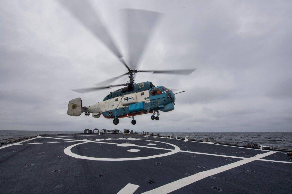 Під час тренувань вертольоти Ка-27ПЧ і Ка-27пр у складних метеоумовах здійснили більше десяти посадок на борт