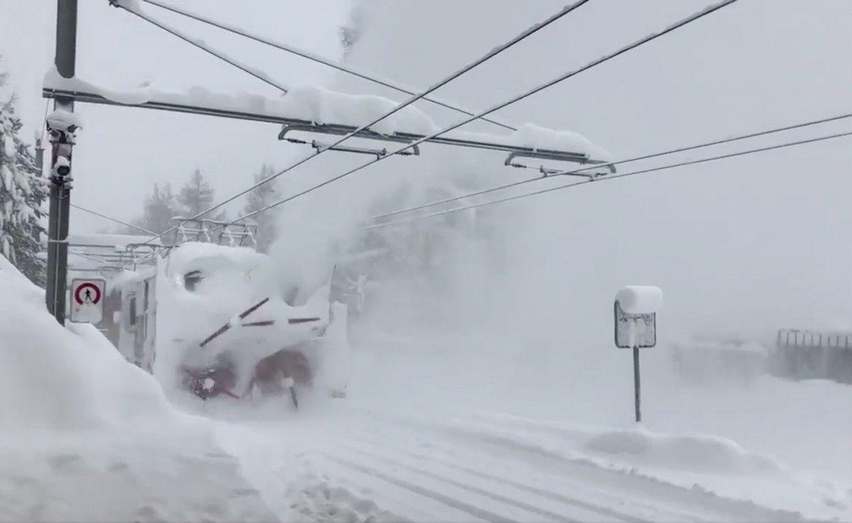 Поезд очищает снег с железной дороги на курорте Церматт, Швейцария, 8 января / TWITTER/@RResort2222m / REUTERS