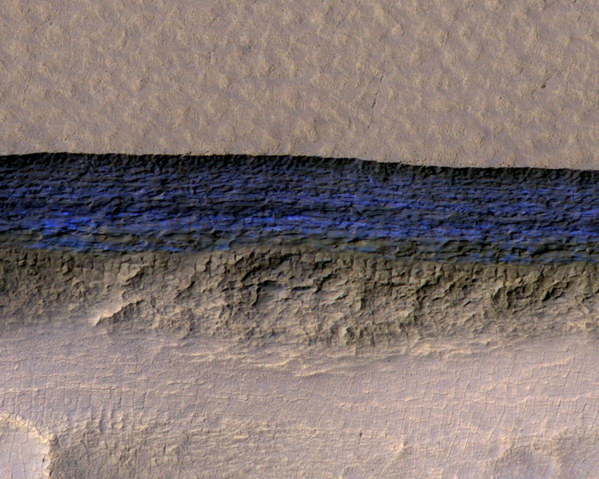 Поперечное сечение слоя подземного льда на снимке поверхности Марса, 11 января / NASA/JPL-Caltech/UA/USGS/Handout  / REUTERS
