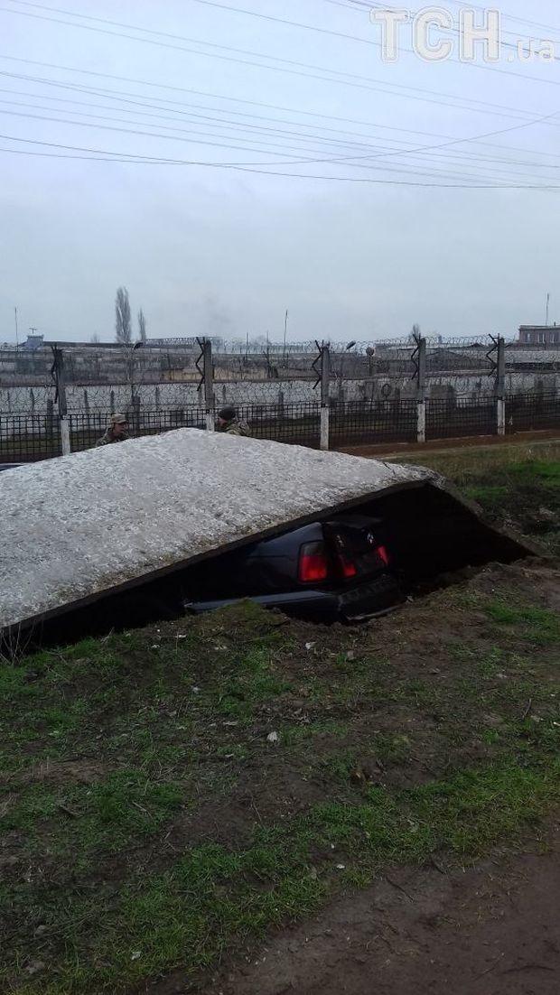 На авто упала бетонная плита забора / фото tsn.ua
