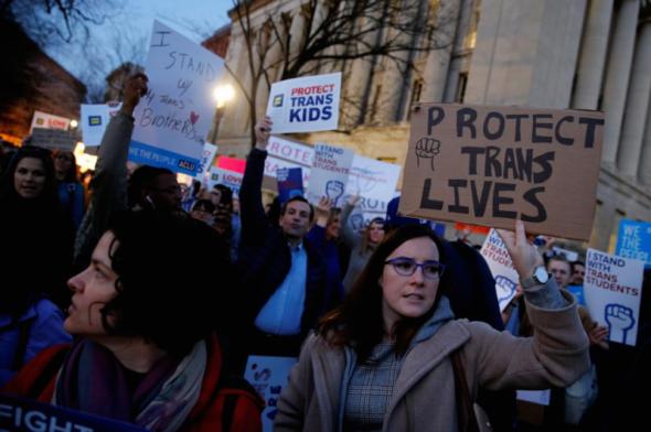 Активисты и сторонники трансгендерных организаций возле Белого дома в Вашингтоне 22 февраля 2017 года / reuters.com