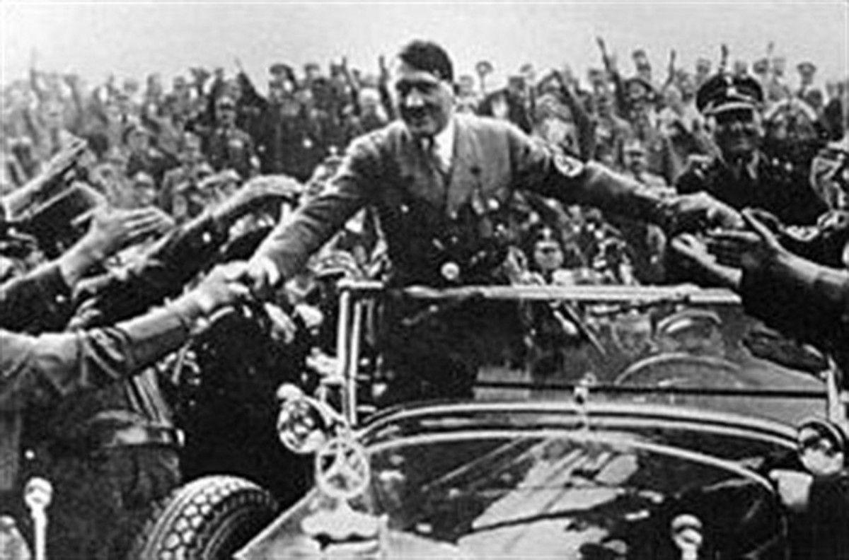 Гитлер во время парада на своей машине / фото National Museum of the USAF
