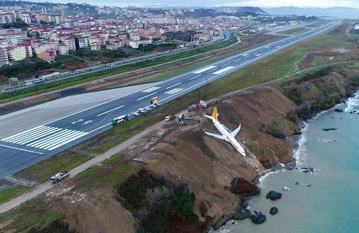 В Турции пассажирский самолет выкатился за взлетную полосу и завис над обрывом