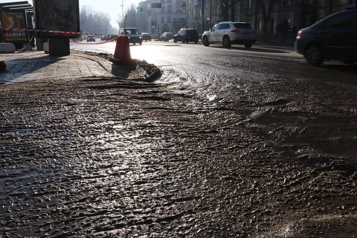 Вода на дороге начала сразу замерзать / фото kiev.informator.ua