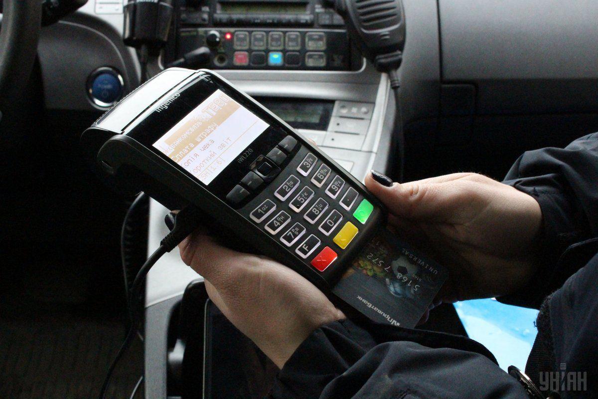 Українцівитрачають тисячі гривень на комісію банків та платіжних систем за безготівкові платежі / фото УНІАН