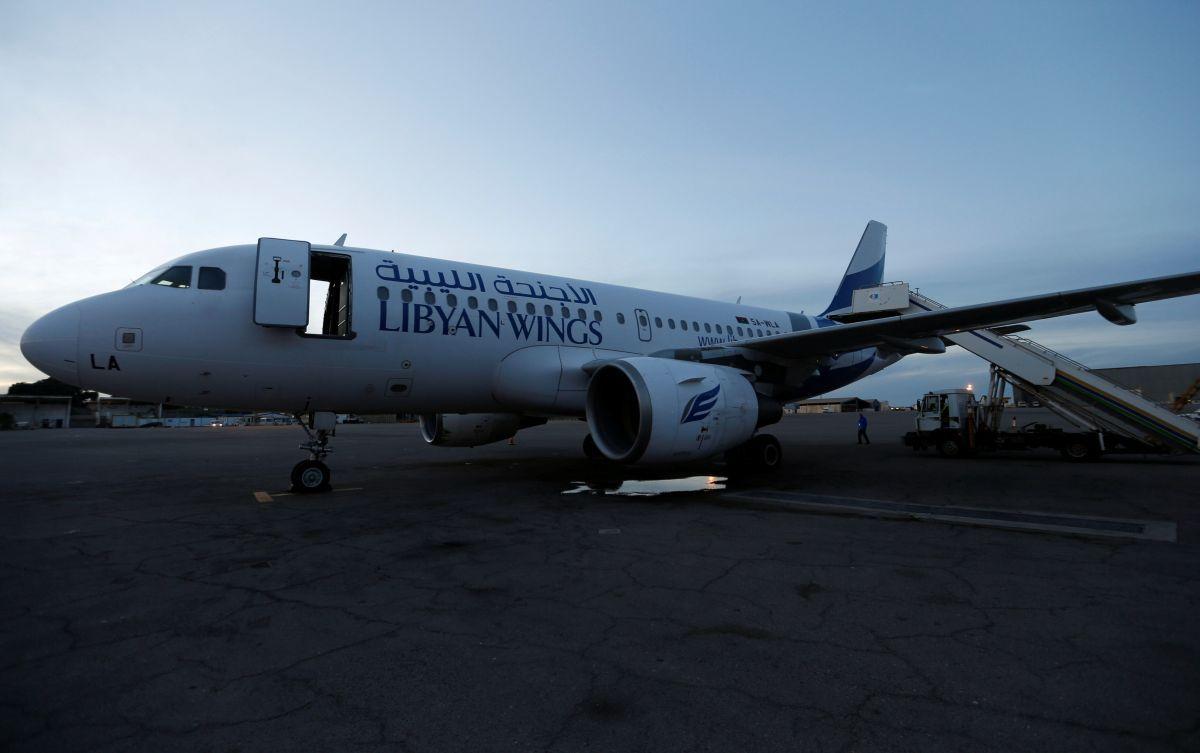 Поврежденный в ходе столкновений самолет / REUTERS