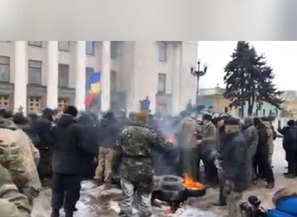 Под Радой произошла стычка между митингующими и правоохранителями, активисты сожгли российский флаг