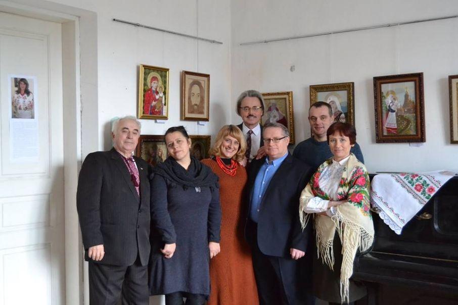 На Львовщине в музее-усадьбе Антоничів презенували под колядки выставку вышитых / zik.ua