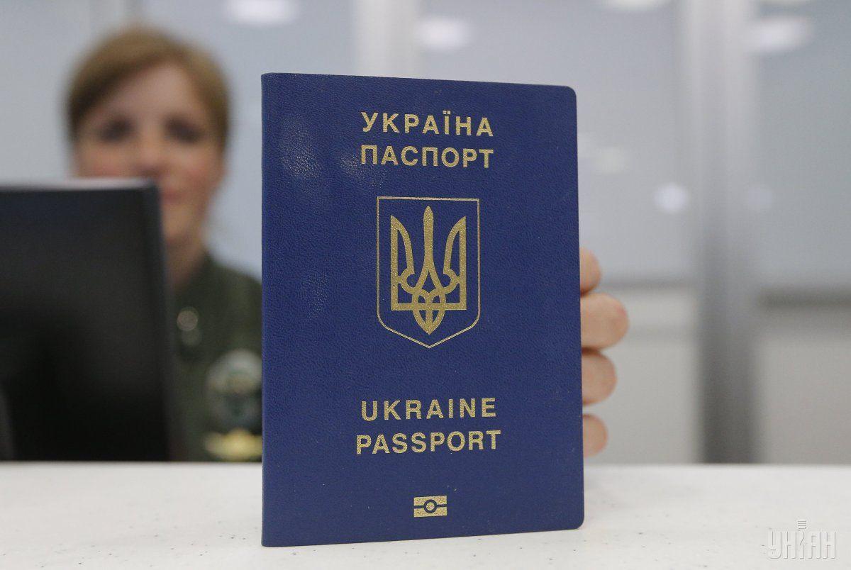 На сегодня украинцы оформили около 9,5 млн биометрических паспортов для выезда за границу \ фото УНИАН