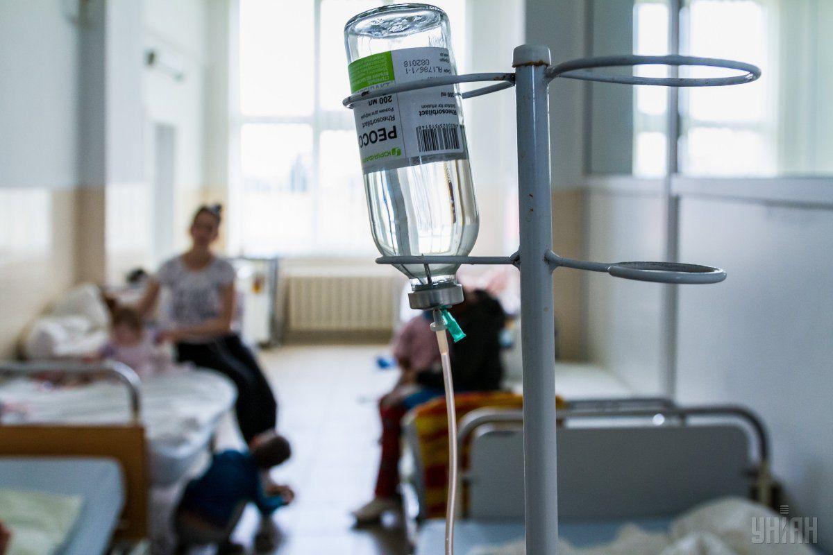 Хворих на коронавірус кладуть прямо у коридорах / фото УНІАН