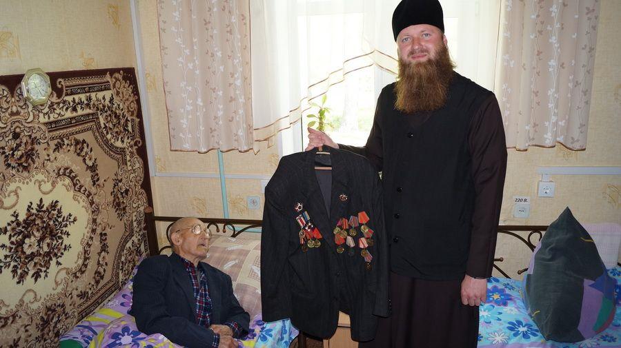 Братия Киево-Печерской лавры посетили пожилых людей, проживающих в доме престарелых в с. Грузское, Киевской области.