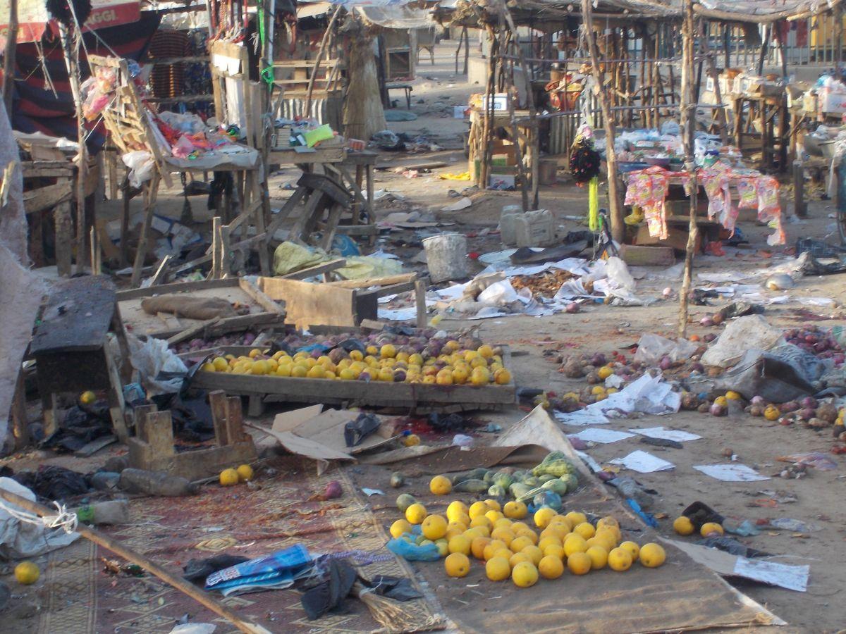 Последствия взрыва на рынке в Нигерии / REUTERS