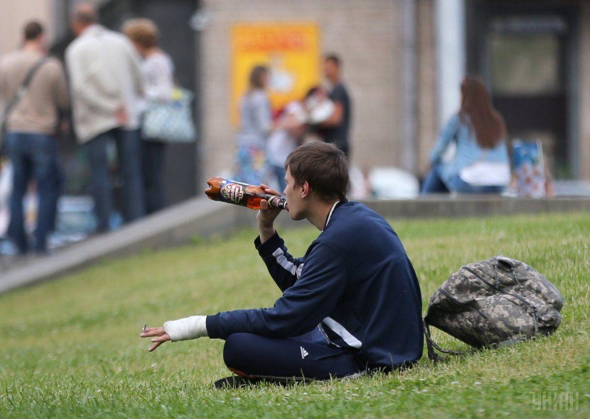 У Києві, як і у багатьох великих містах, існує проблема зі зловживанням алкоголю/ фото УНІАН