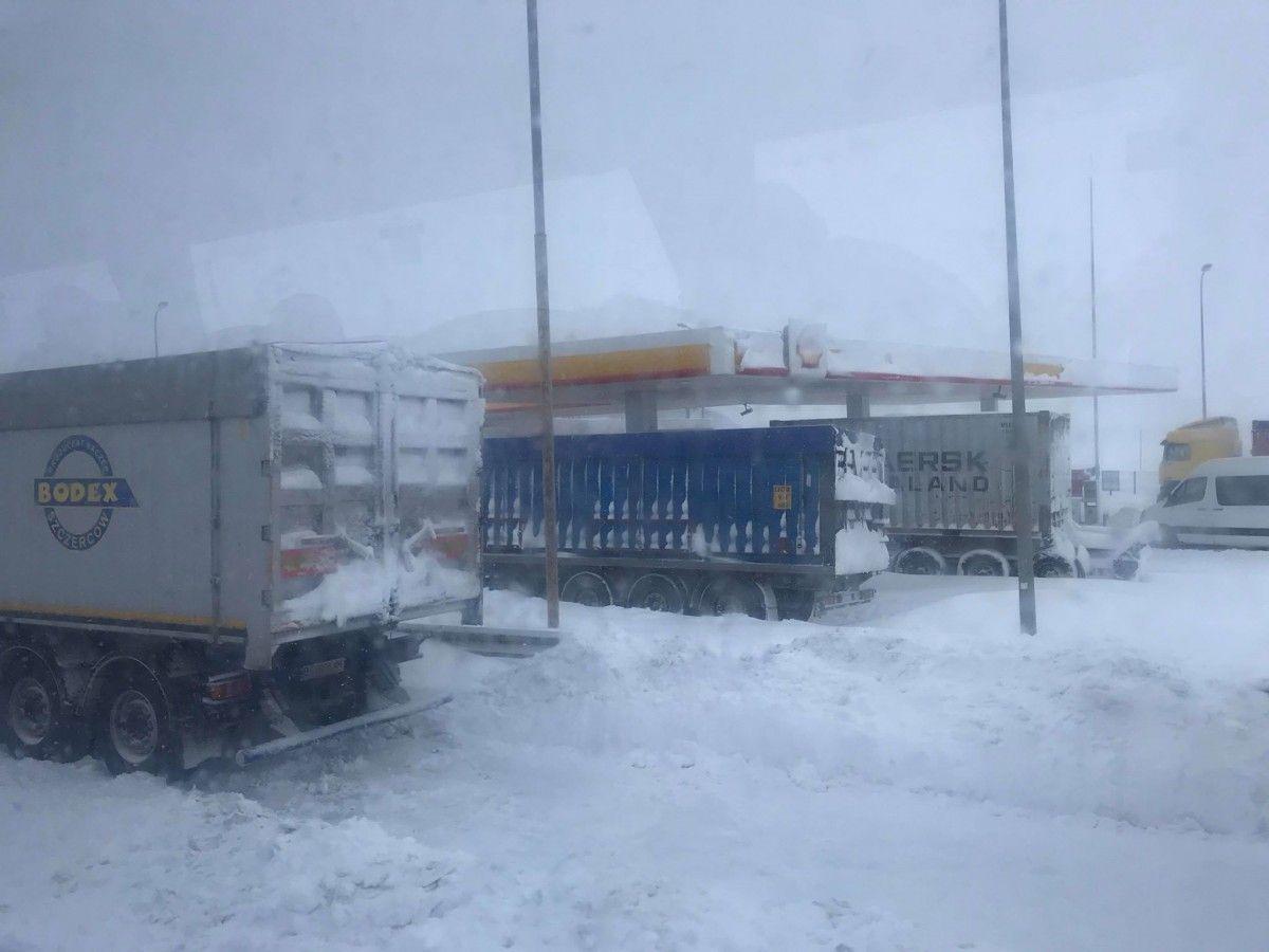 Снігопад ускладнив життя водіям / Фото strana.ua