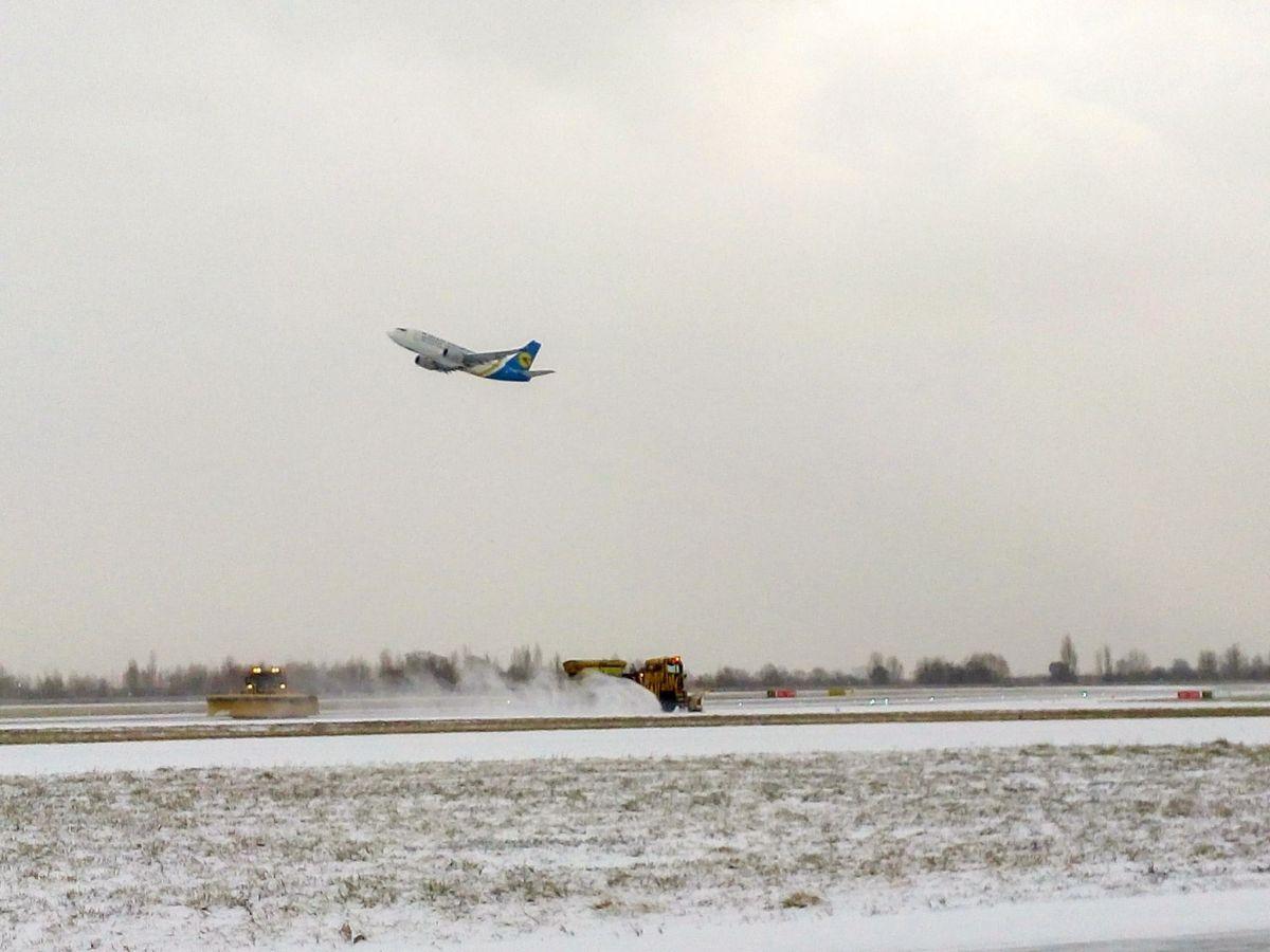 Из-за снега в аэропортах Киева задерживают рейсы / фото facebook.com/airportboryspil