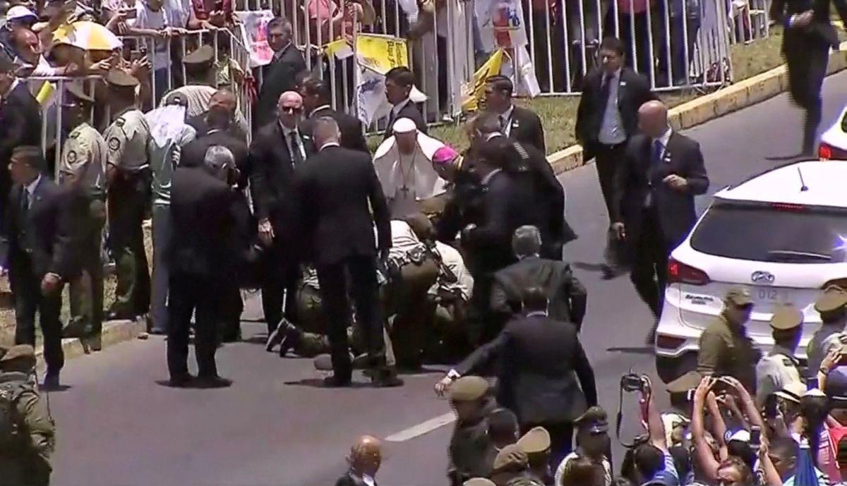 Папа Римский помогает полицейской / REUTERS