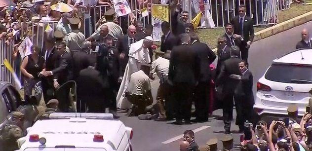 Папа сразу остановил автомобиль и подошел к пострадавшей / reuters.com