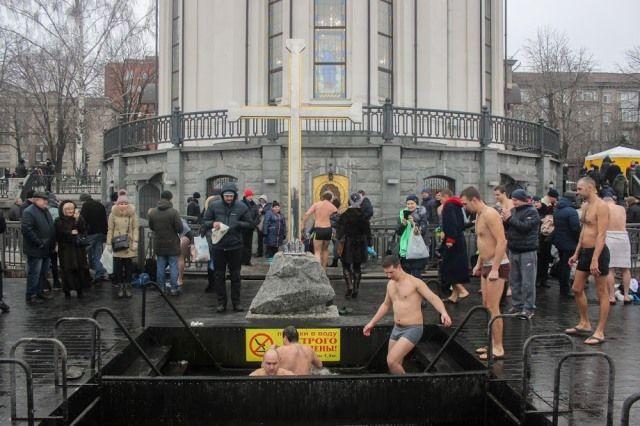Священник считает, что погружение в холодную воду полезно лишь для тела / фото adm.dp.gov.ua