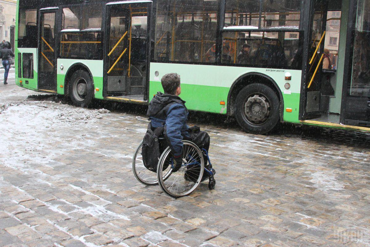 Люди с инвалидностью получат право на первоочередное обслуживание в любых кассах / фото - УНИАН