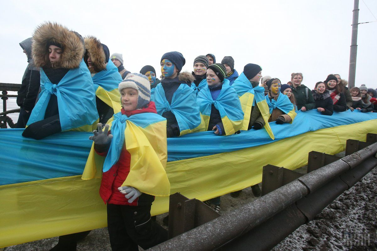 Traditional human chain / Photo from UNIAN