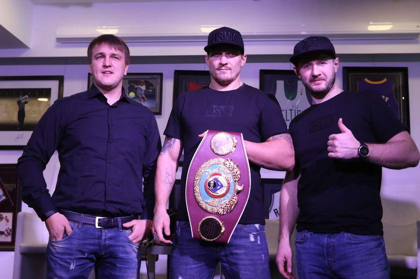 Александр Усик (в центре) с промоутером и тренером / K2 Promotions