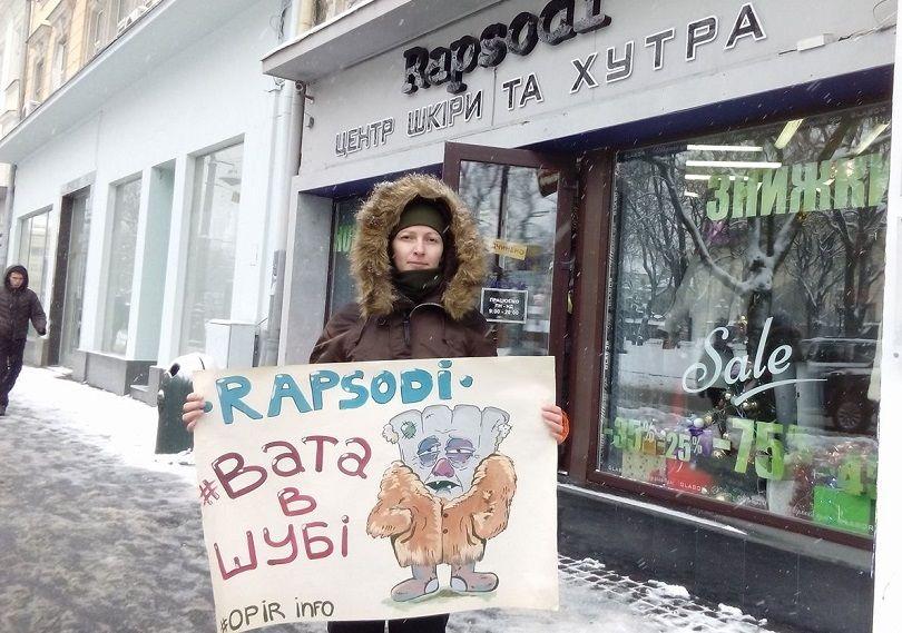 Зоозащитница повторно пикетировала магазин меха за оскорбительные антиукраинские высказывания продавщицы / фото Юлии Поликовской