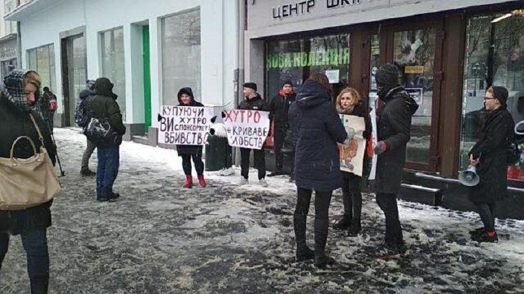 Активисты повторно пришли пикетировать магазин за сепаратистские высказывания продавщицы / фото Игоря Зинкевича