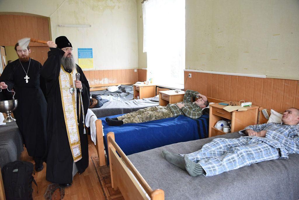 Митрополит Лука посетил пациентов военного госпиталя / news.church.ua