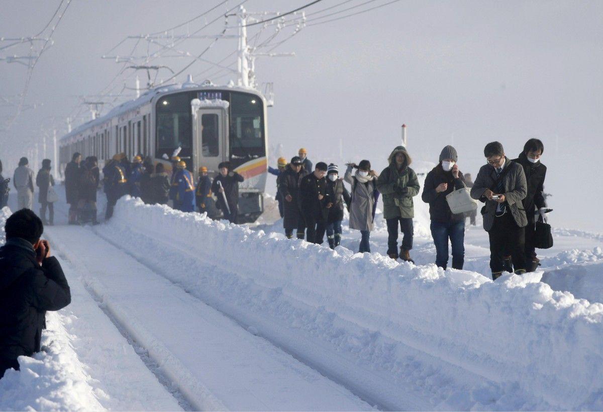 Пасажири залишають застряглий через снігопад поїзд, Санджо, Японія / REUTERS