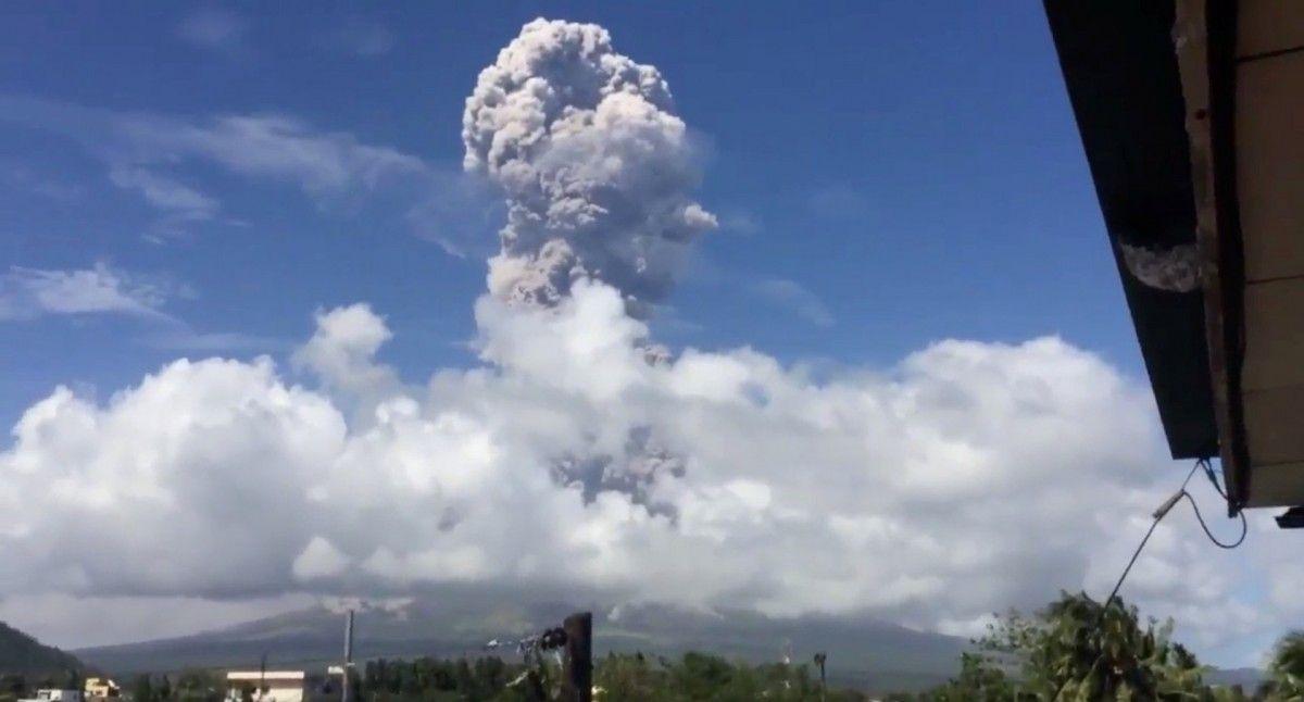 Попільна хмара висить над вулканом Майон, Філіппіни / REUTERS