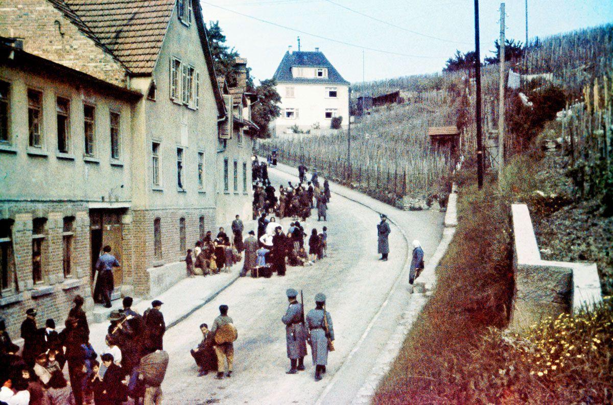 Цыгане под конвоем полиции в Асперг, Германия / photochronograph.ru