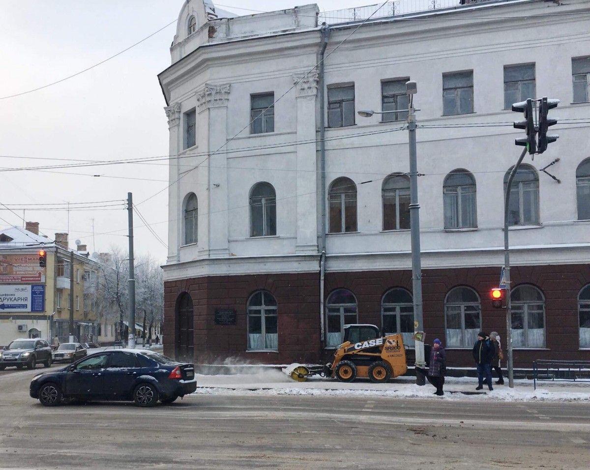 В городе продолжается уборка тротуаров, мостов и путепроводов / zt-rada.gov.ua