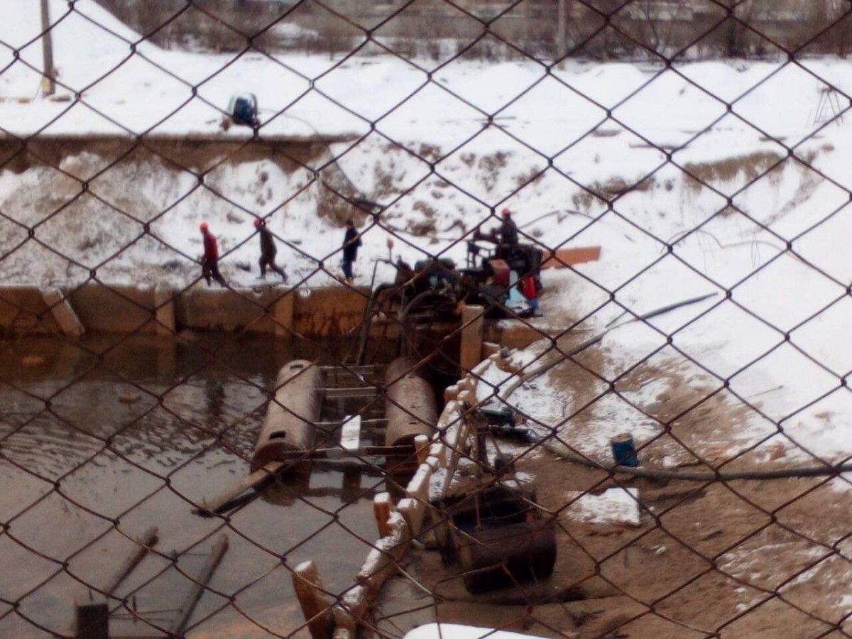 Загрязненная вода попадала в озеро Позняки / фото пресс-служба Госрыбагентства