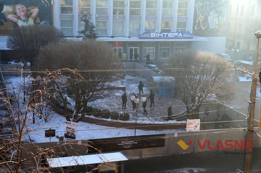 После информации в СМИ в мэрии объяснили, для чего убрали бюст / фото vlasno.info