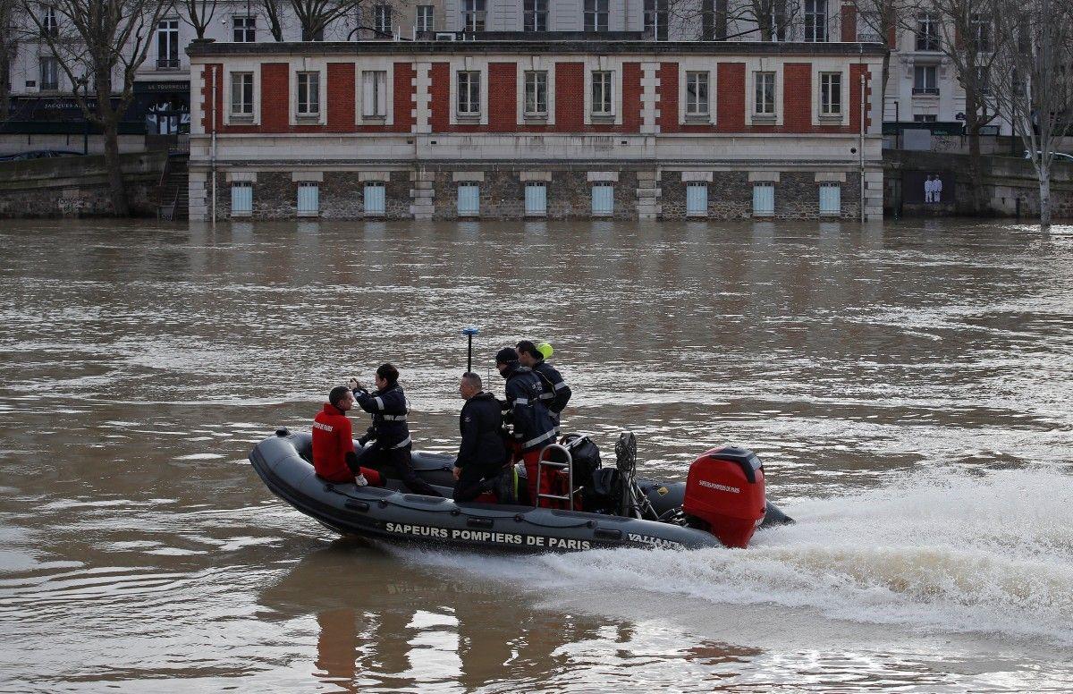 Паризькі рятувальні бригади на маленькому човні патрулюють затоплену річку Сена / REUTERS