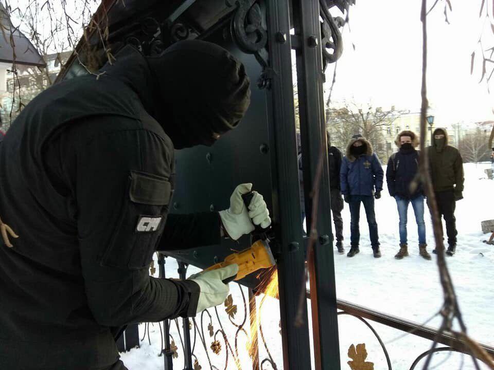 Парни прикрывали лица масками / news.church.ua