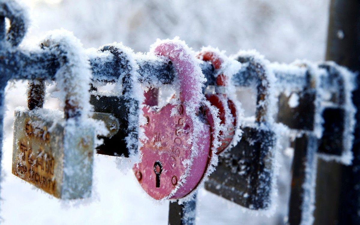 Замки на ограде в морозный зимний день в минском парке, Беларусь, 23 января / Vasily Fedosenko / REUTERS