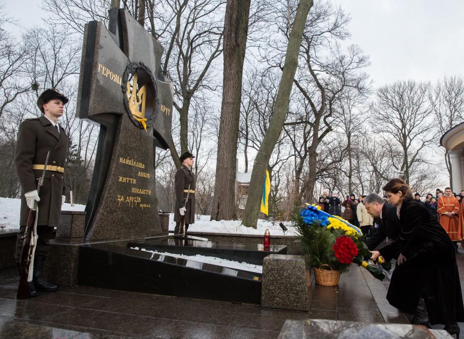 Президент вместе с супругой почтил память Героев Крут / president.gov.ua