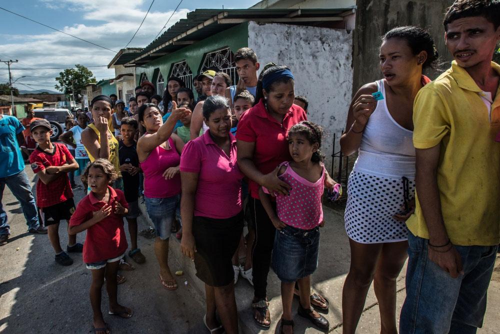Люди по пять часов стоят в очереди за продуктами питания. Город Гуманна, Венесуэла. Фото ИРИН