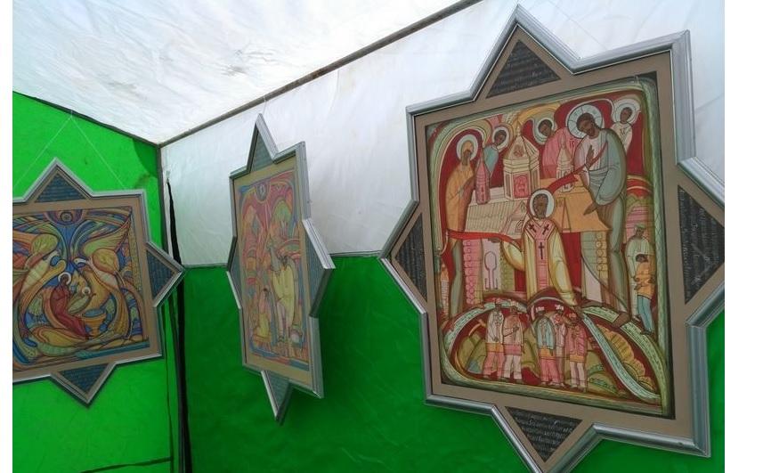Художник Микола Рибенчук малює ікони за мотивами гуцульських колядок / vgolos.com.ua