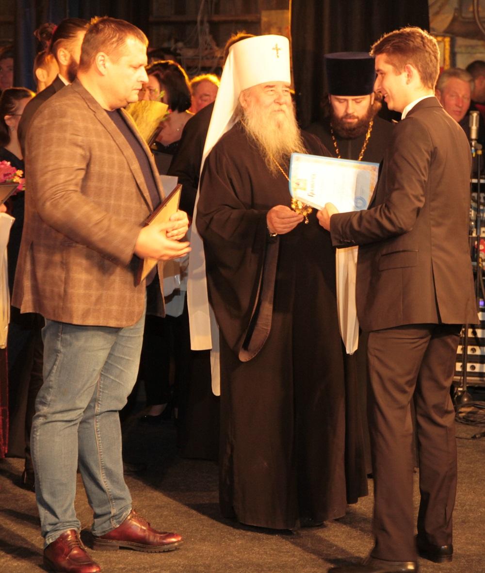 Победителей награждали Борис Филатов и митрополит Ириней / dnipropetrovsk.church.ua
