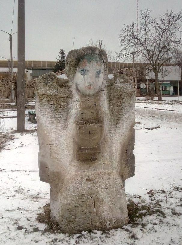 В Одессе вандалы изрисовали скульптуры крестами / 048.ua
