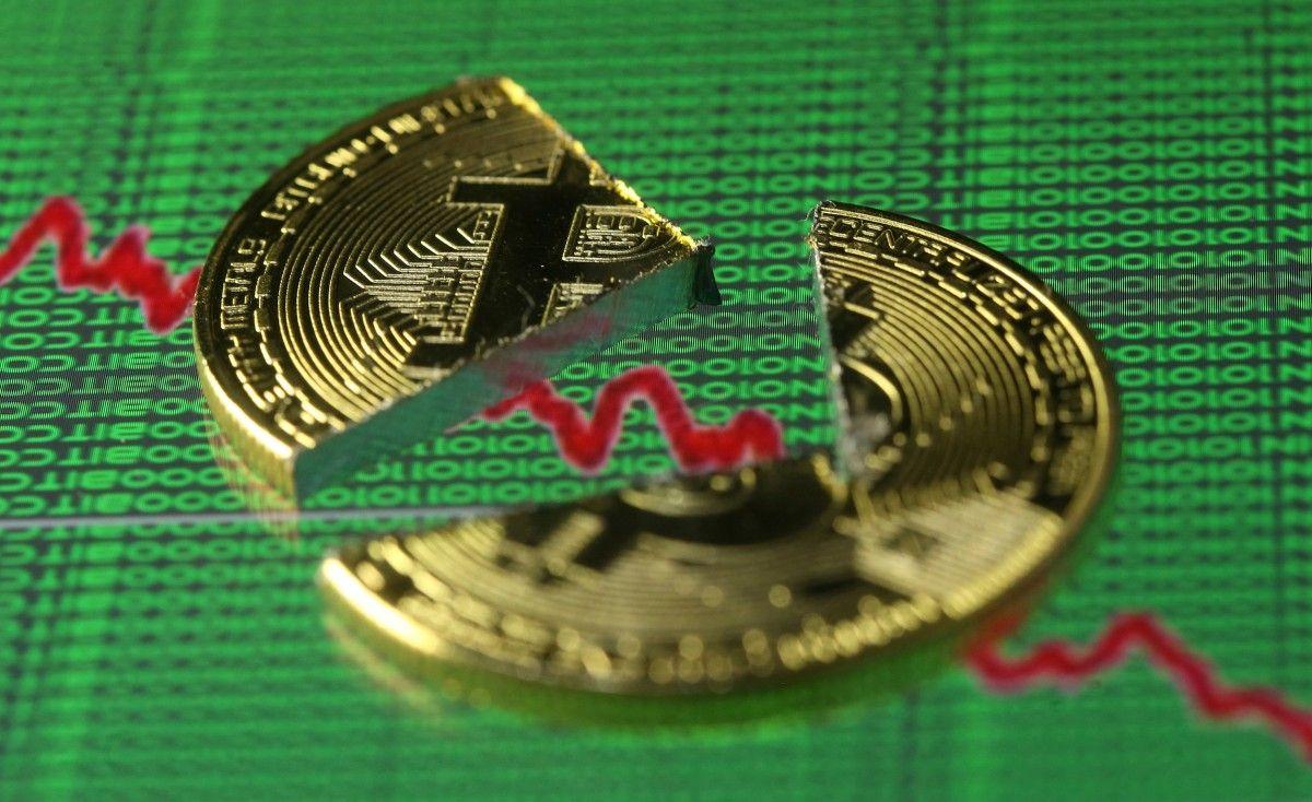 Курс биткоина стремительно рухнул после роста накануне / REUTERS