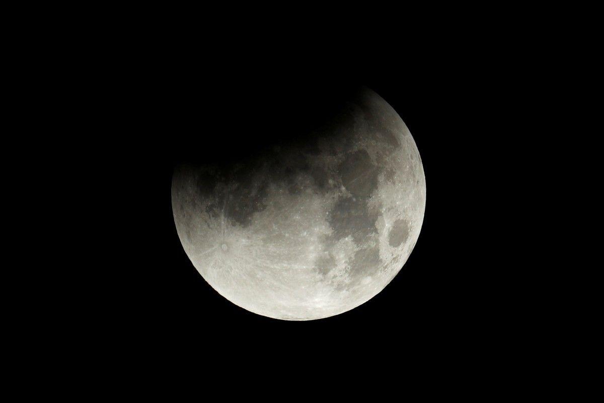 Из лунного грунта смогли добыть кислород / Иллюстрация REUTERS