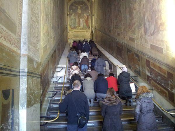 По древней традиции паломники совершают восхождение по лестнице на коленях / roma.ne