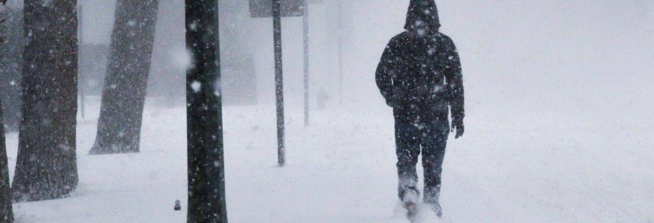 В Японії сотні пасажирів потяга, що застрягл під снігом, провели ніч у вагонах